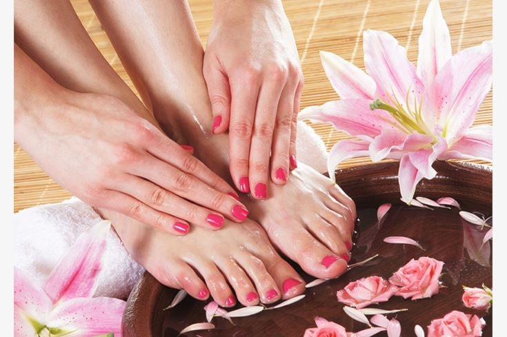 manicure, pedicure estetico e applicazione di smalto semipermanente mani e piedi a soli 39€ anzichè 93€