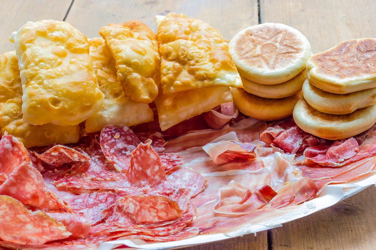 Immersi nella natura con vista sul lago e cibo a volontà, un menù tipico all you can eat per due persone a soli 29€!