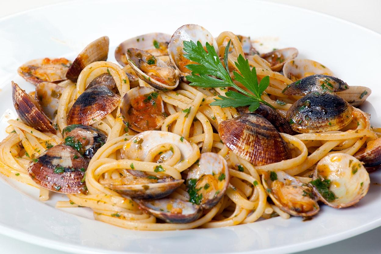 Menù di mare per due persone con antipasto di mare,spaghetti alle vongole, spiedini e vino a soli 35€!!
