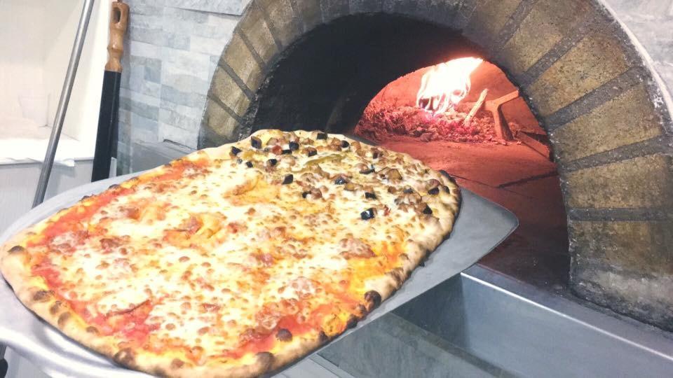 menù pizza per 2 con flute di benvenuto, bruschette, pizza, acqua, bibita, dolce, caffè e limoncello