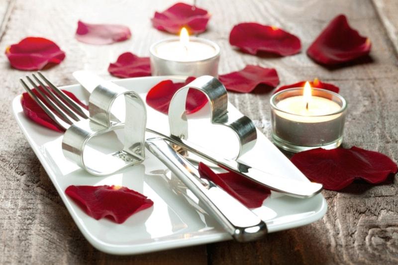 Menù di San Valentino con bollicine, delicato, con luci e colori aromatici