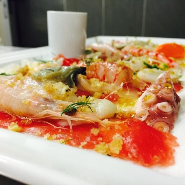 la qualità di sempre anche per pranzo: degustazione di 3 portate di pescato del giorno con 1 calice di vino