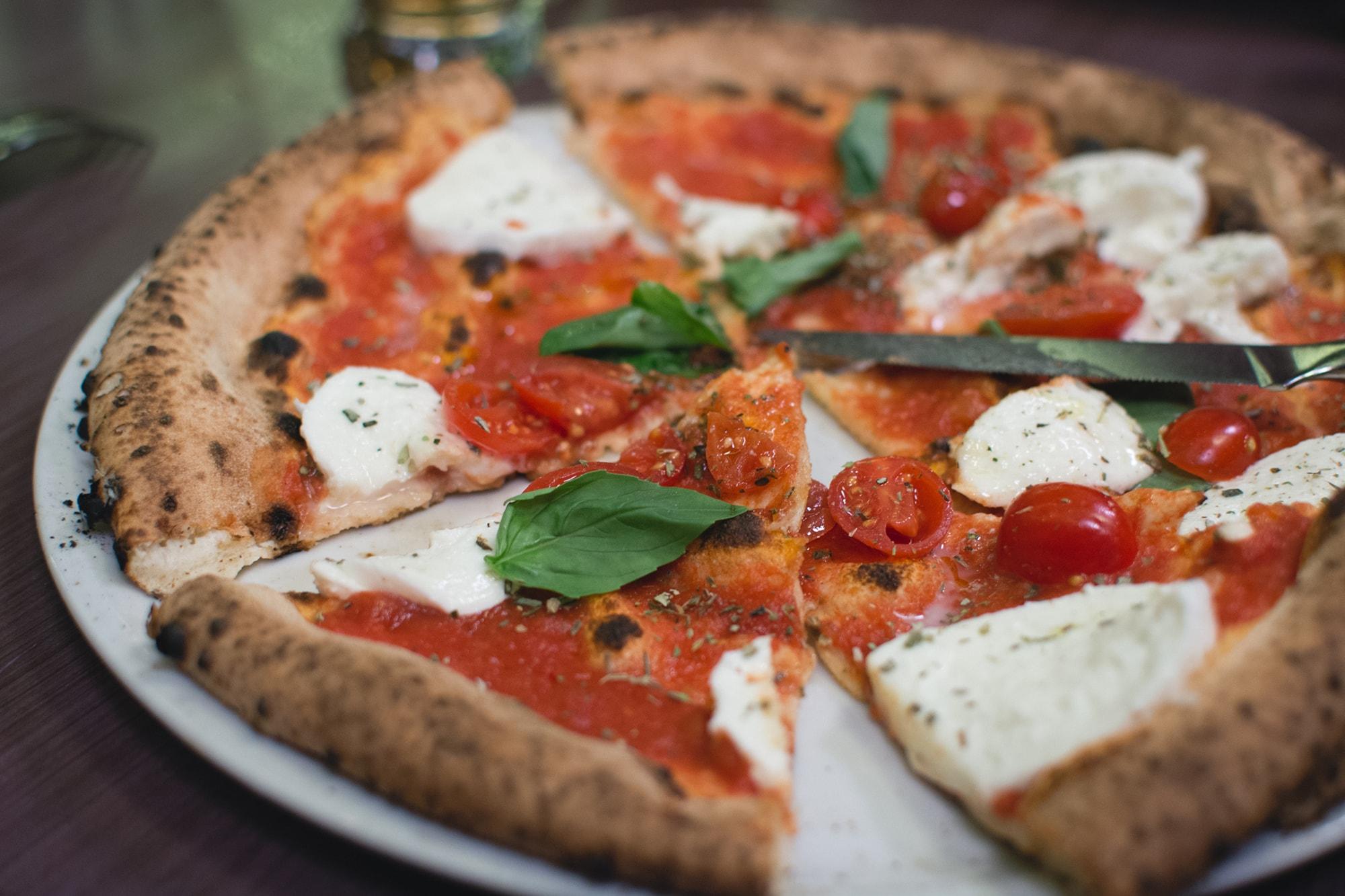 menù pizza per 2 con bibite, dolci e limonicino ai 2 leoni di ubersetto a soli 19€ a coppia