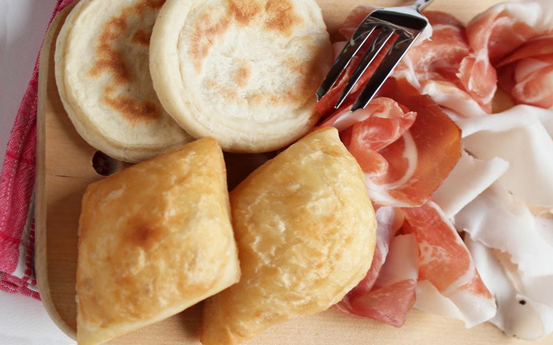 menù modenese con gnocco&tigelle per 2, affettati, formaggi, lardo, marmellate, acqua, lambrusco e caffè