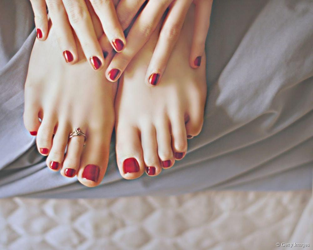 applicazione di smalto semipermanente mani e piedi da momenti di lei con colori estivi!
